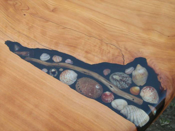 Фрагмент стола заменен на вставку из ЭДП с заполнением декоративными элементами.