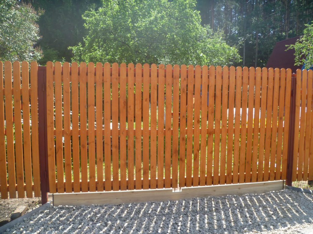 Готовая дощатая ограда на даче