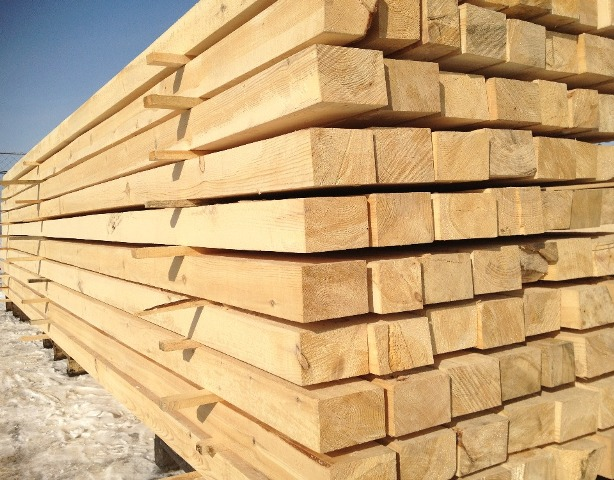 Хранение обрезных брусьев, изготовленных из древесины естественной влажности