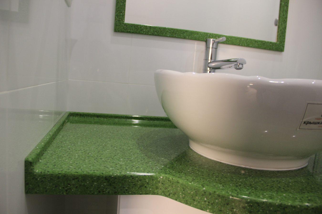 Иногда используются комплекты из столешницы и обрамления для зеркала из одного и того же материала