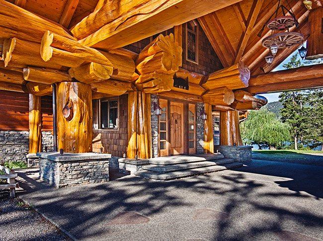 Интересная расцветка и дизайн входят в число положительных качеств кедровых домов.