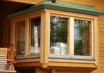 Использование натуральных материалов при оформлении окна придаёт зданию солидность