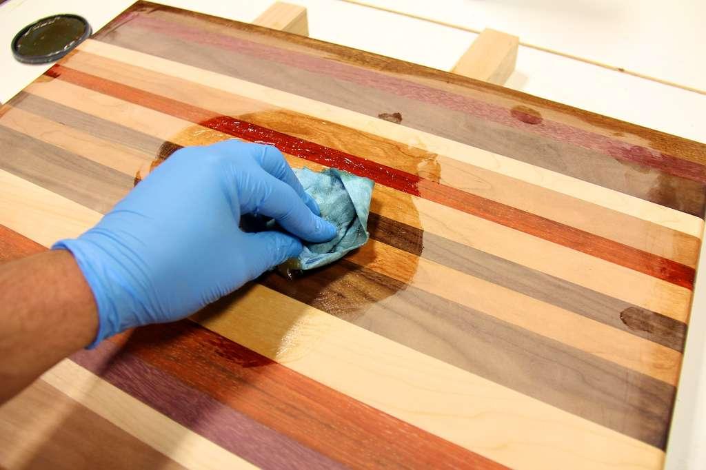 Используя разные масла, можно серьезно улучшить внешний вид деревянных изделий
