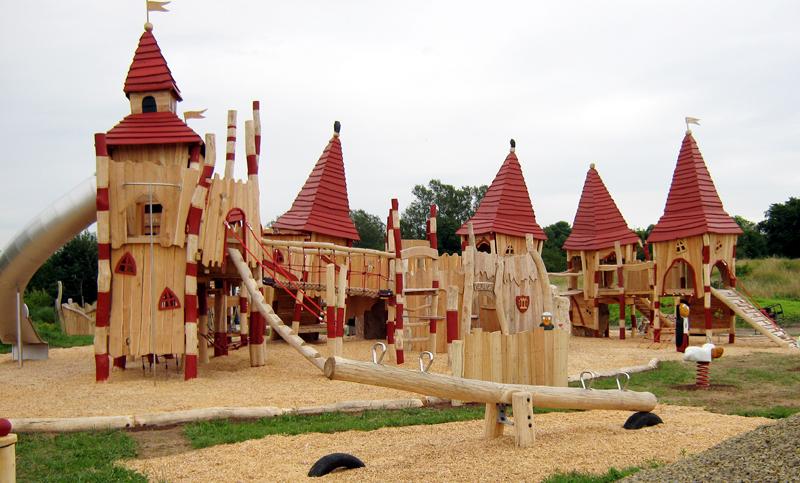 Из древесины может быть выстроен целый городок для детей