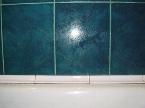 Кафельный плинтус для ванной, подобранный в цвет сантехники