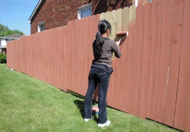 Как и чем покрыть деревянный забор для долговечности