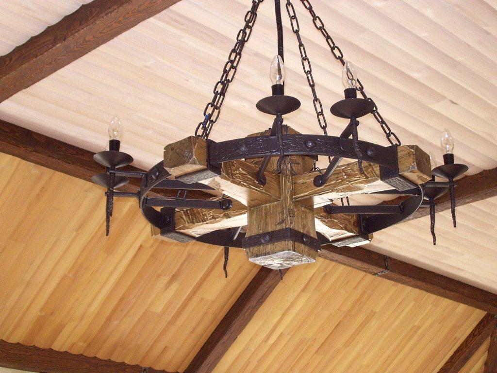 Как вы думаете, каким образом массивная люстра закреплена на деревянной балке?