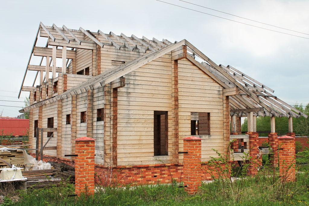 Капитальная реставрация старого деревянного домаобязательно включает кровельные работы