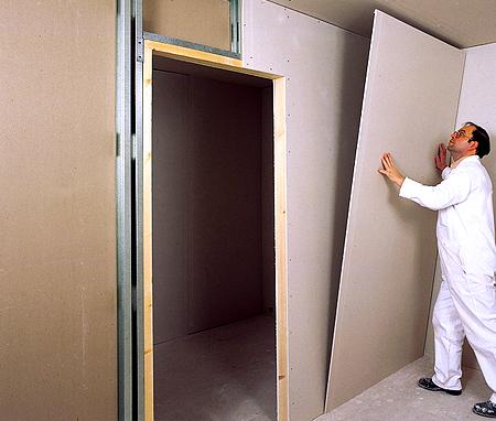 Каркас обшивается ГКЛ после установки дверной коробки.