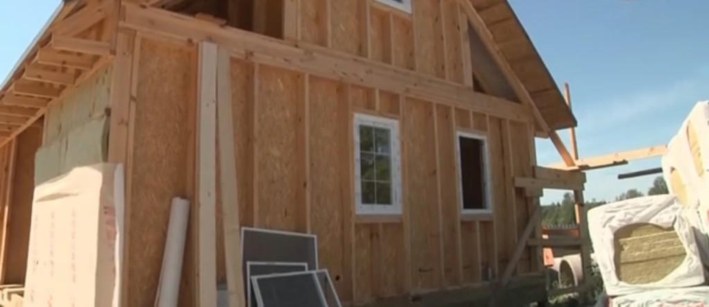 Каркасное строение изначально предполагает закладку слоя утеплителя