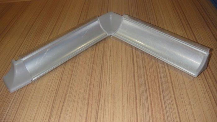 Керамический плинтус вместе со специальными угловыми соединениями и торцевыми заглушками