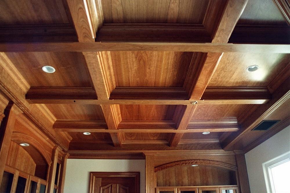 Деревянный потолок с балками своими руками
