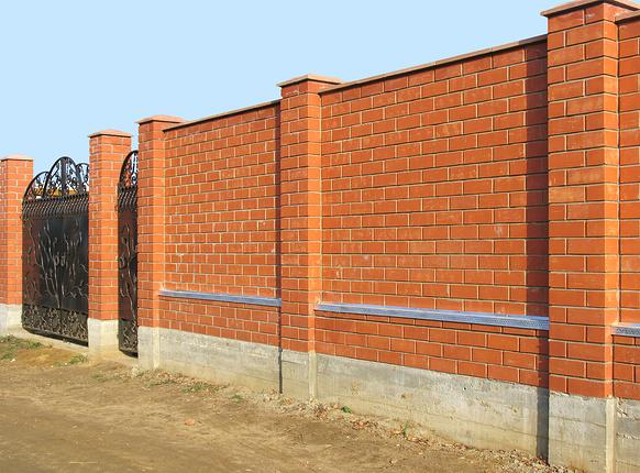 Кирпичный забор на страже элитных коттеджей