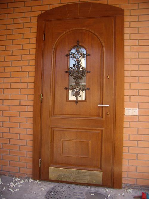 Классическая взломостойкая входная дверь из дерева.