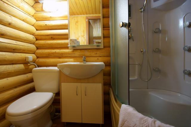 Ванная в деревянном доме своими руками фото
