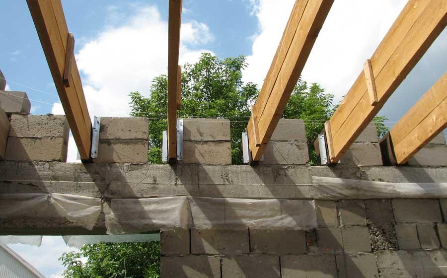 Конструкция из досок, уложенных на ребро в промежутки между стеновыми блоками