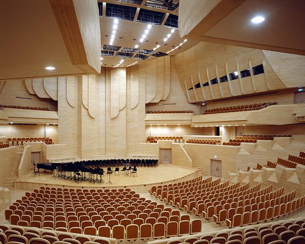 Концертный зал в облицовке из дерева