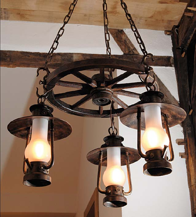 Кованые люстры для деревянного дома с элементами дерева в стиле кантри