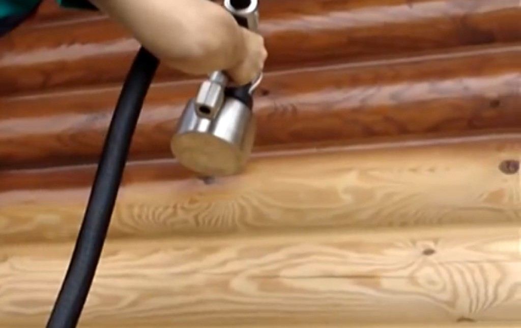 Краскопульт удобен при нанесении ЛКМ на строения из сруба, где кистью и валиком тяжело добирать до стыков
