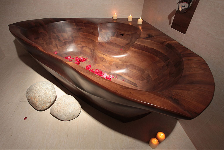 Красота и оригинальность – основные черты любой ванны из дерева