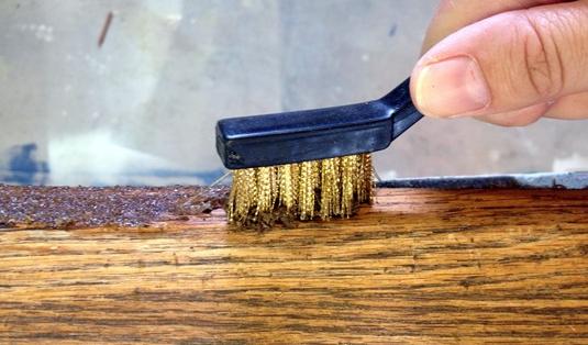 Крацевание подходит только для плотных пород дерева.
