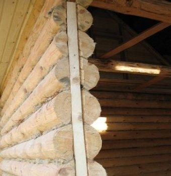 Крепится брусок с помощью саморезов по дереву (с широким шагом, что усиливает прочность крепления)
