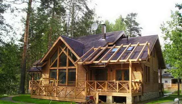 Крыльцо деревянного дома с перилами