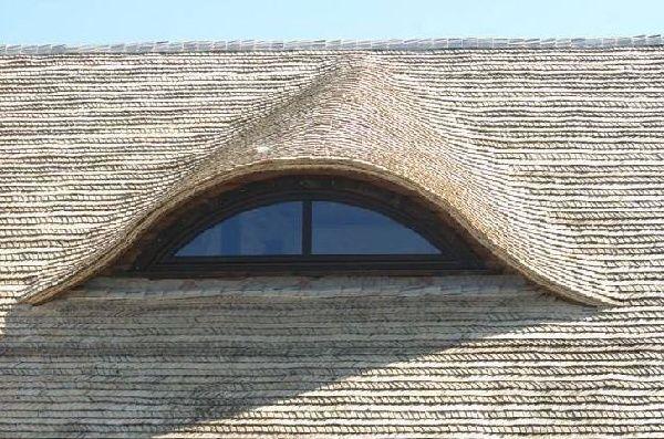 Крытая осиновой дранкой крыша.