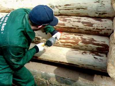 Квалифицированные специалисты прекрасно разбираются с тем, как конопатить сруб из бруса