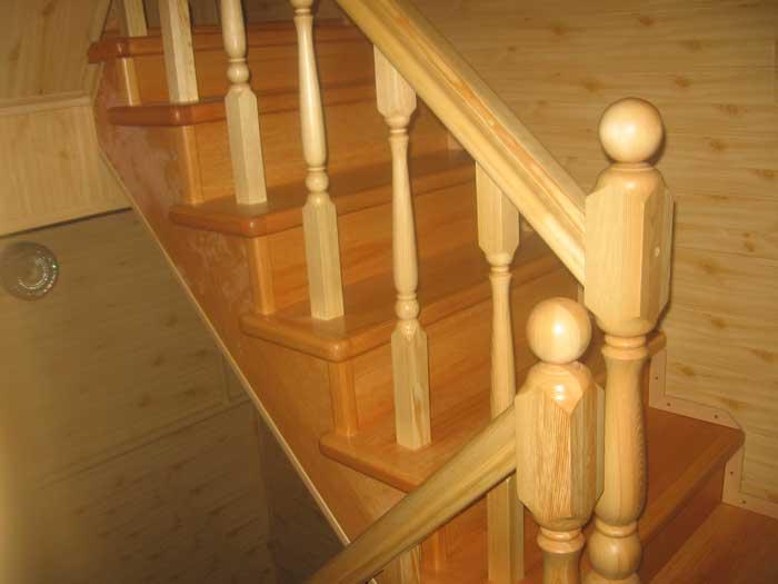 Лакированная лестница из сосны