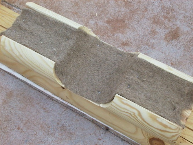 Лента укладывается в размер бруса с небольшим запасом, излишки подрезаются после укладки стройматериалов