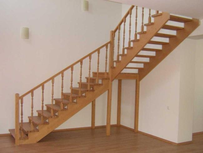 Лестничная площадка поддерживается четырьмя столбиками