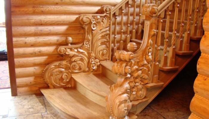 Лестница из дерева с декоративным оформлением