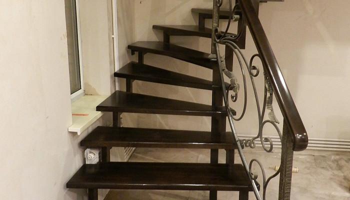 Лестница на металлокаркасе из дерева