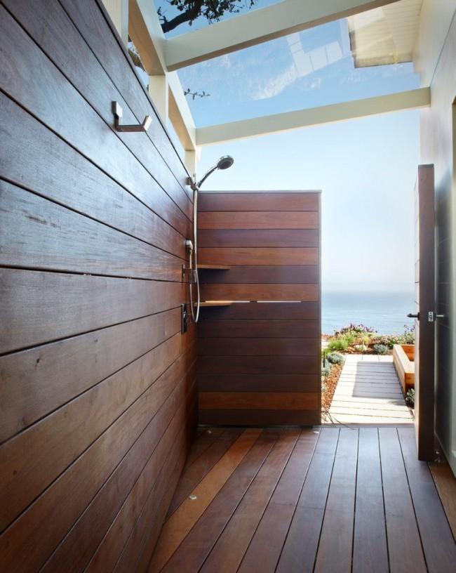 Летний душ из древесины.