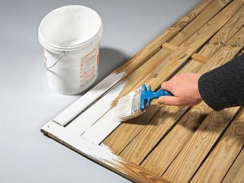Любительское фото, процесса окрашивания древесины с использованием покрытия белого цвета