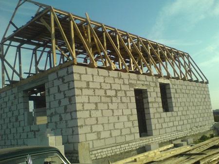 Мансардная крыша на бревенчатых лагах на блочных стенах