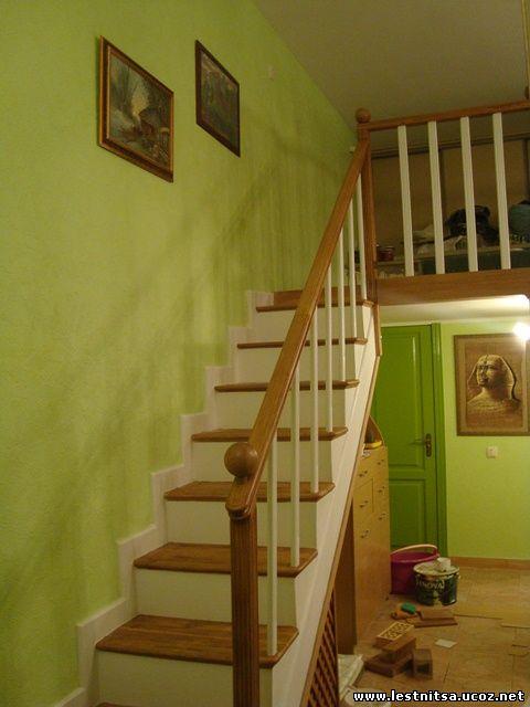 Матовое покрытие деревянной лестницы ведущей на второй этаж