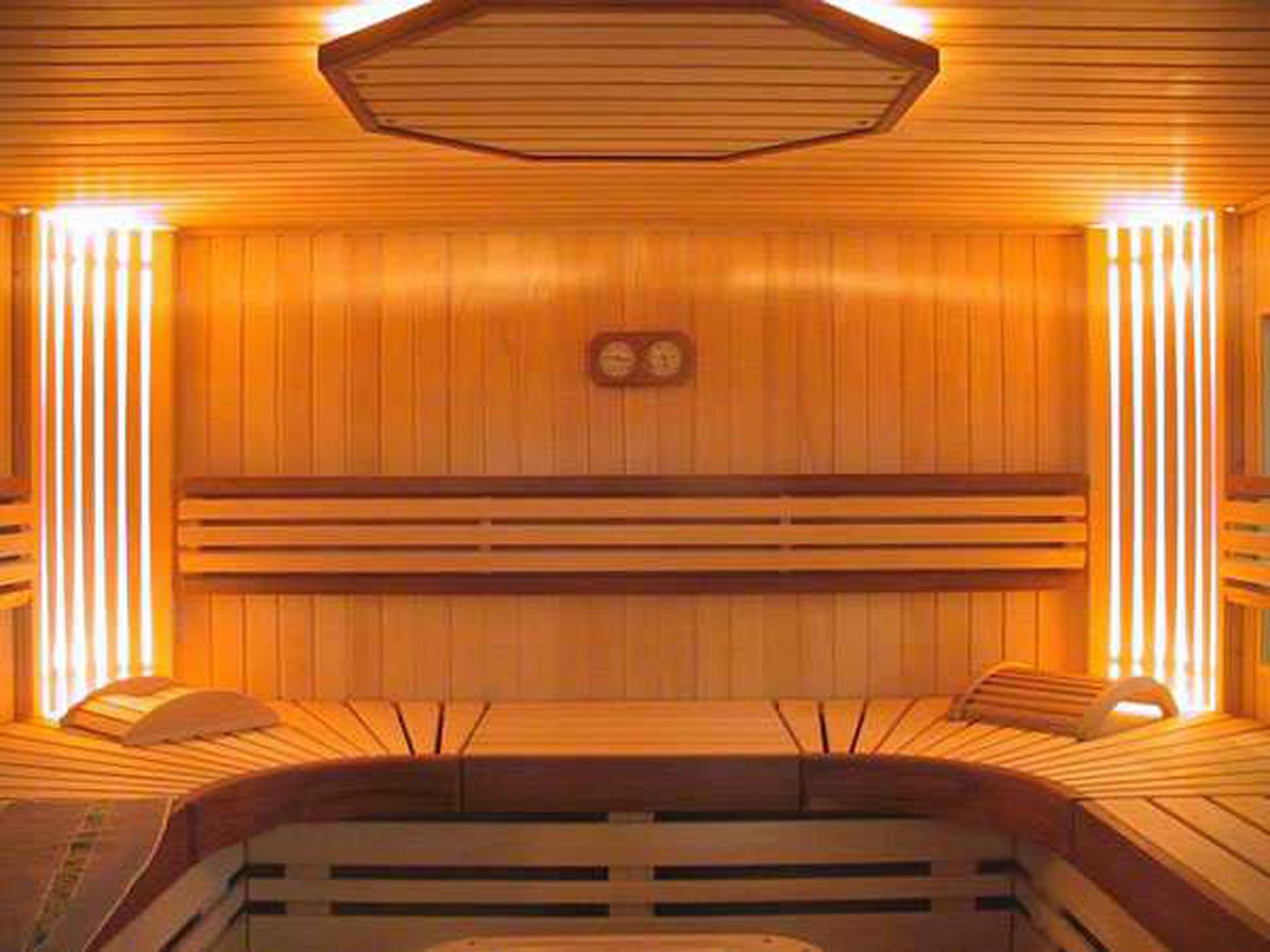 Мебель из дерева для бани и сауны подходит лучше всего.