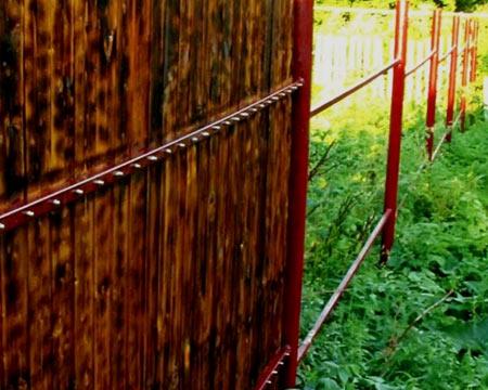 Металлический забор, окрашенный под древесину