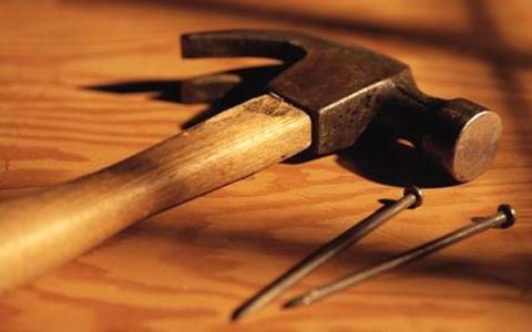 Молоток и гвозди для соединения всех фрагментов забора