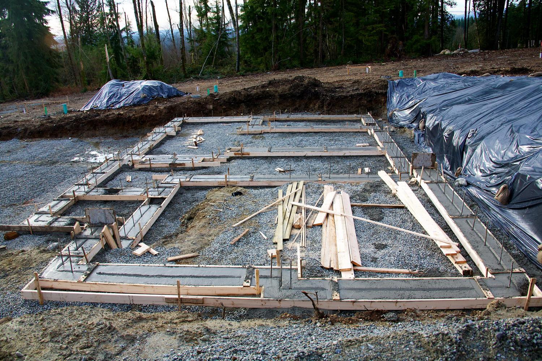Монтаж деревянных конструкций может выполняться на мелкозаглубленный ленточный фундамент