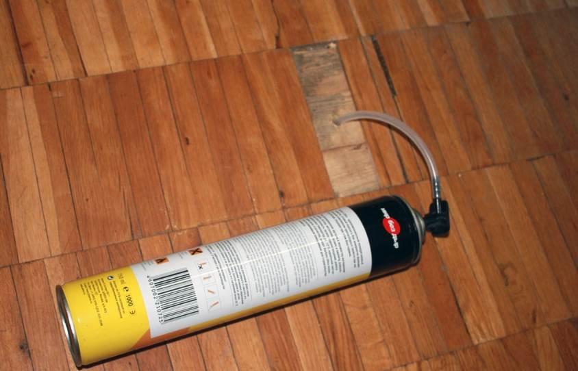 Монтажную пену можно задувать через небольшое отверстие