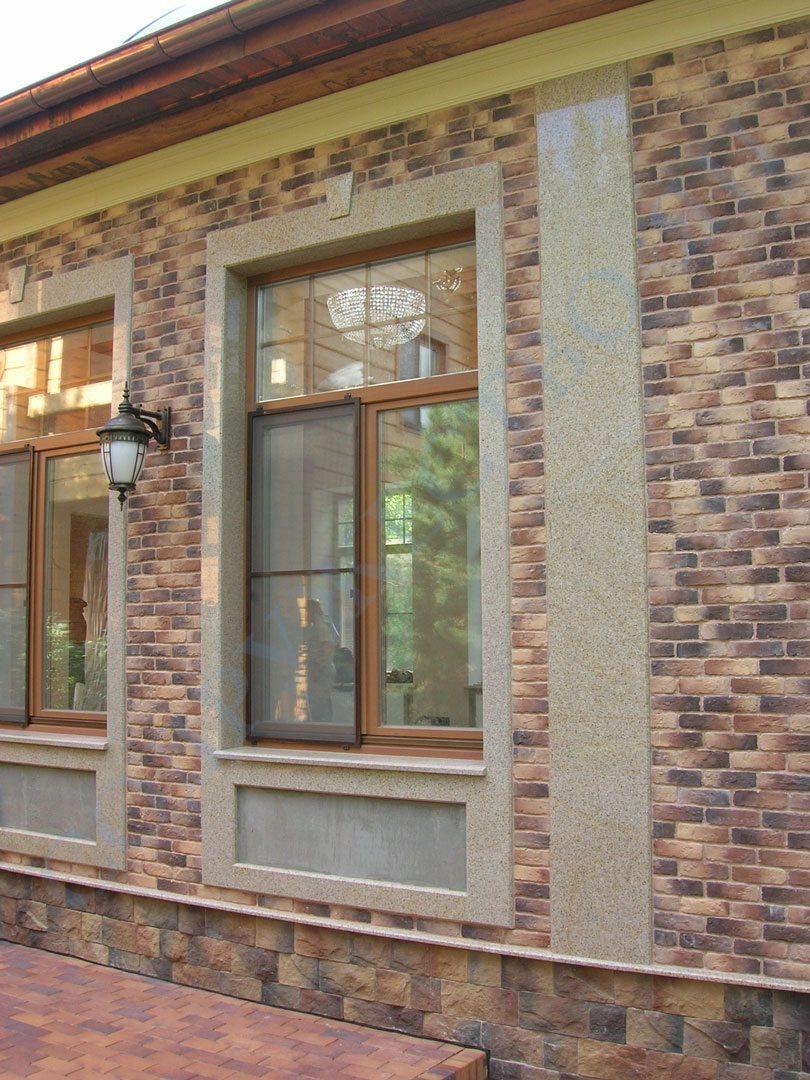 Мраморные наличникина окнах