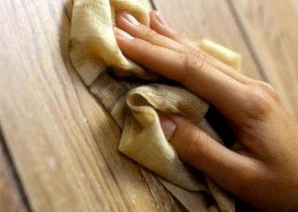 Мягкая ветошь и полироль - лучшие средства для ухода за мебелью