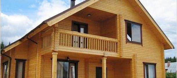 На этом фото балкон одновременно служит навесом для летней террасы