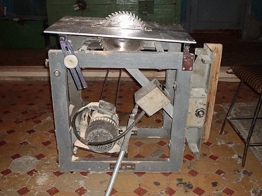 На фото - один из вариантов многофункционального станка по дереву с консольным размещением двигателя со стороны циркулярной пилы
