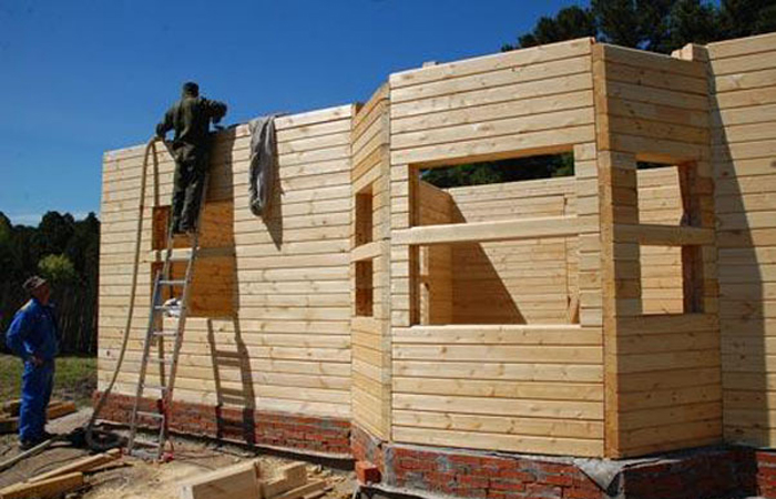 На фото - строительство брусового дома