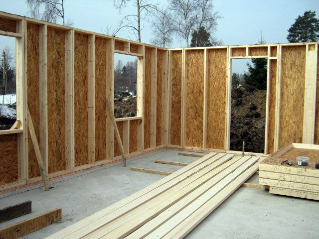 На фото - строительство каркасного домика