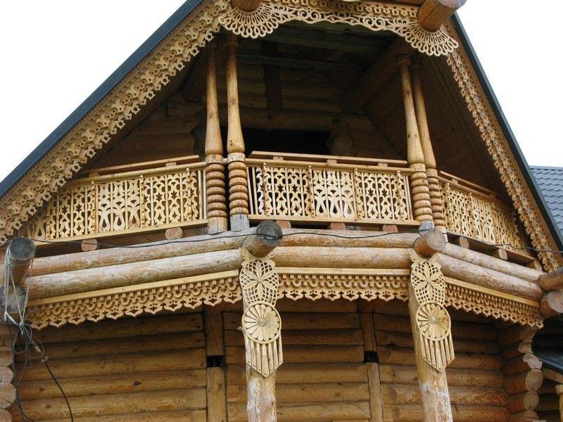 На фото - украшенный резьбой фасад дома